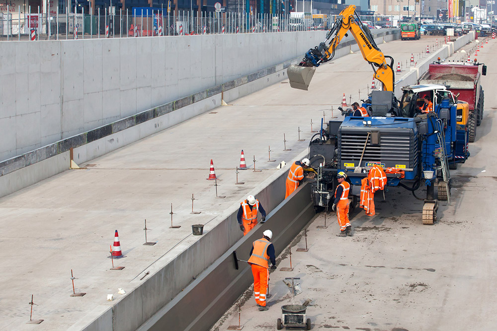 Installing the last section of the 100m-long pedestrian bridge at Drievliet - image © courtesy of Frank Jansen