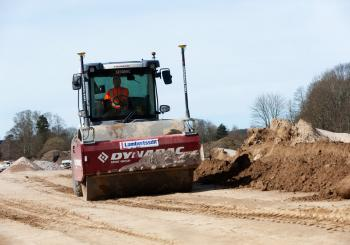 Using a machine control package from Leica Geo systems on the Dynapac compactor has helped optimise working on the Swedish road project